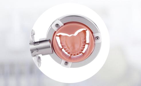 Fig. 4: La base de PMMA definitiva fresada, tras haber realizado con éxito la prueba en boca con cera.
