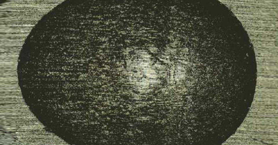 Fig. 3: Huella de desgaste típica tras la simulación de masticación, con gran aumento en el microscopio electrónico de barrido (MEB).